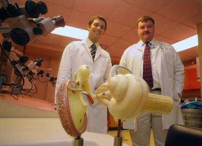 Kenneth Iverson et Brian McKinnon, deux des chercheurs ayant participé à l'amélioration de l'implant cochléaire. © Phil Jones / Medical College of Georgia