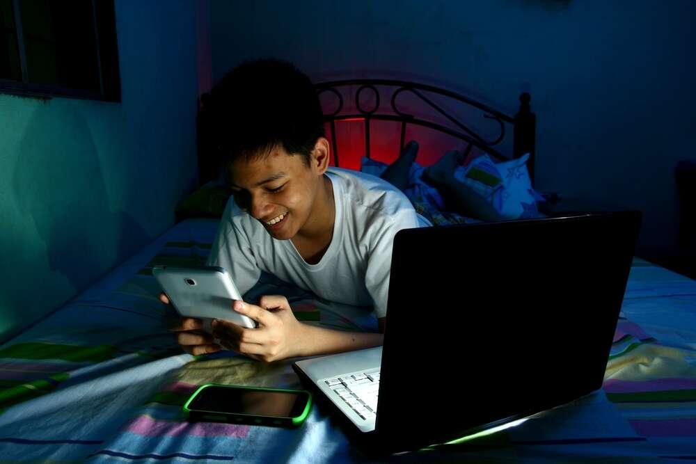 Pendant les heures de sommeil, 73,9 % des adolescents utilisent leur smartphone ou se connectent aux réseaux sociaux. ©junpinzon, shutterstock.com