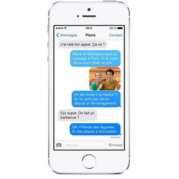 Pour les accros aux SMS, Apple a imaginé un système d'affichage qui leur permettrait d'écrire tout en marchant sans risquer de buter dans un passant ou un obstacle. Le principe utiliserait la caméra arrière de l'iPhone pour diffuser l'image à la place du fond d'écran de l'application. © Apple