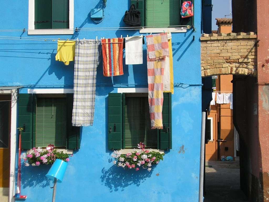 Grâce aux balles de lavage, vous consommez moins de lessive, d'adoucissant et d'électricité. Ce mode de lavage reproduit la technique des lavandières, qui lavaient le linge à la main. © Rafael Garcia-Suarez, Flickr, cc by sa 2.0