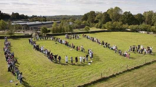 Deux cents étudiants de l'école St Judes de Londres ont aidé Kew à célébrer le succès de la Millennium Seed Bank : 10% des plantes sauvages du monde protégées sous forme de graines. © Parkershots