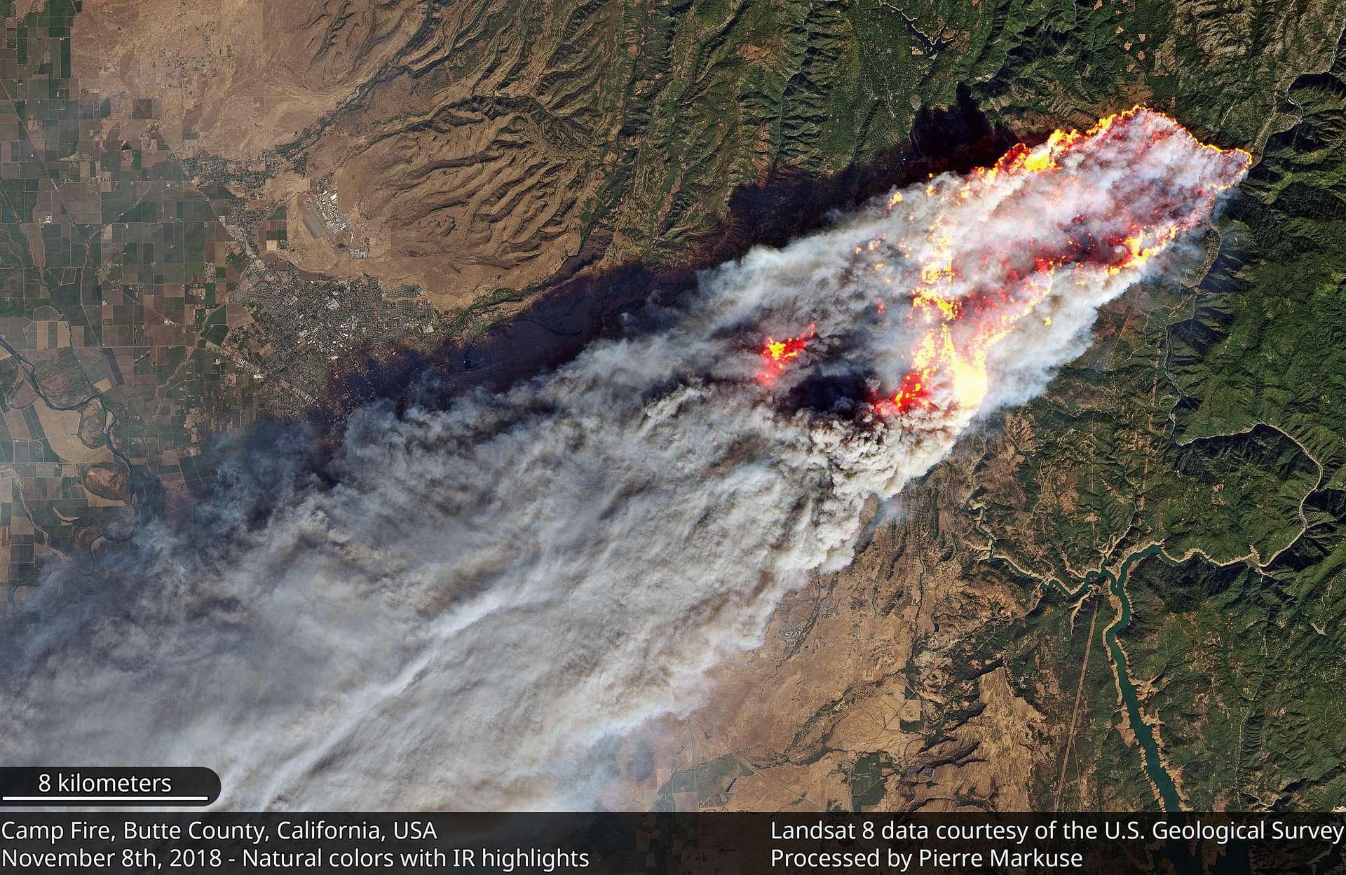 Des incendies meurtriers ravagent la Californie, comme ici le « Camp Fire » dans le nord de l'État vu le 8 novembre par le satellite Landsat 8 de la Nasa et de l'US Geological Survey (USGS). © Pierre Markuse, Flickr, CC By 2.0, USGS