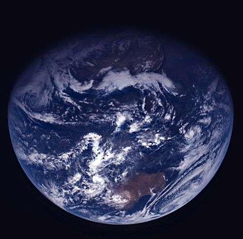 Alors que la sonde s'éloignait de la Terre le 15 novembre, la caméra à angle étroit a transmis une série d'images de notre planète en utilisant des filtres orange, vert et bleu. © Esa 2005 MPS for Osiris Team MPS/UPD/LAM/IAA/RSSD /INTA/UPM/DASP/IDA
