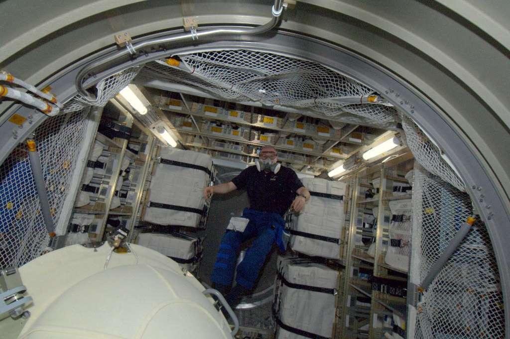 L'astronaute de l'Esa, André Kuipers, à l'intérieur de l'ATV-3. Il porte un masque de protection contre les impuretés qui pourraient être en suspension dans l'atmosphère du cargo. © Nasa
