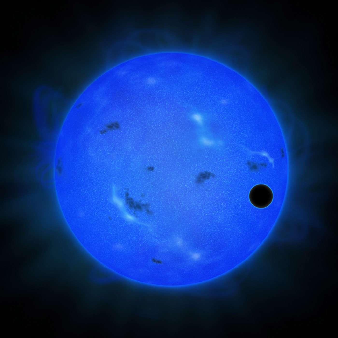 Vue d'artiste de l'étoile Gliese 1214 observée à l'aide d'un filtre pour la lumière bleue. Sur la droite, le cercle noir révèle la présence d'une superTerre effectuant un transit planétaire. C'est Gliese 1214 b. Les dernières mesures de la composition de l'atmosphère de cette exoplanète avec les instruments du téléscope Subaru sont de nouveau favorables à l'hypothèse qu'elle est riche en vapeur d'eau et pas en hydrogène. © NAOJ