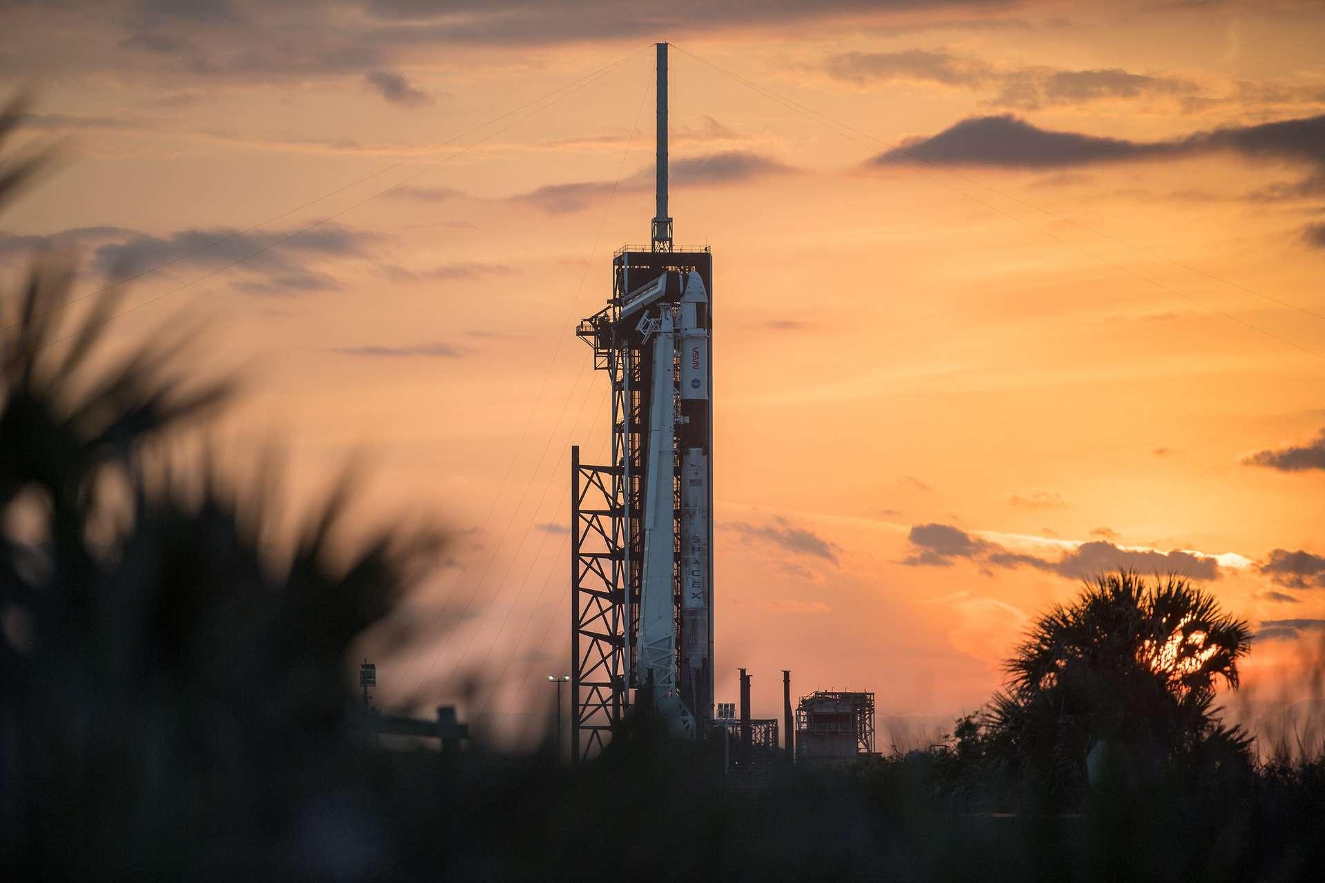 Le lanceur Falcon 9 dressé sur le pas de tir 39A du Kennedy Space Center. © Nasa, Joel Kowsky