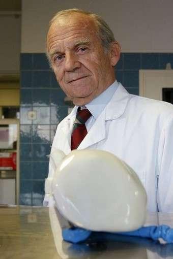 Le Pr. Alain Carpentier présente le cœur artificiel développé par la société Carmat. © CARMAT SAS