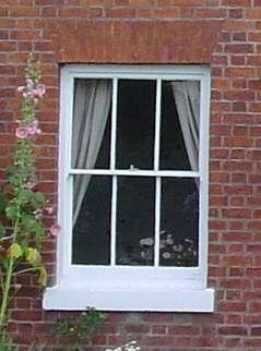 La fenêtre oscillobattante possède deux systèmes d'ouverture : une ouverture à la française et une ouverture à bascule. © Saintwithin, Domaine Public, Wikimedia Commons