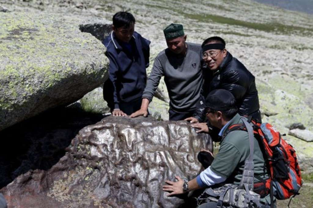 Ce qui ressemble beaucoup à une énorme météorite ferreuse a été découvert en Chine. © Chinadaily/Xinhua