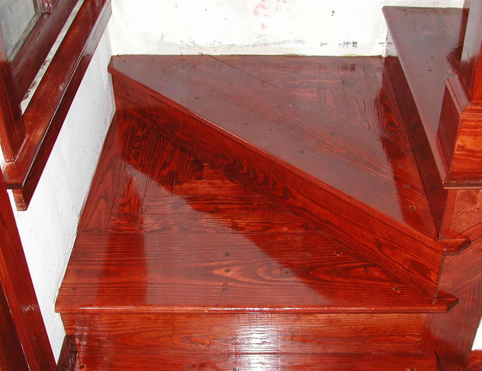 Le vernis peut servir à protéger le mobilier comme les escaliers. © Editor B, CC BY 2.0, Wikimedia Commons