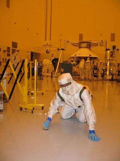 Un chercheur de la NASA à la chasse aux bactéries dans un bâtiment d'assemblage réputé stérile. Crédit NASA.