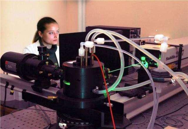Un des chercheurs effectuant des observations avec la technique de la spectroscopie de corrélation de fluorescence. Crédit : IPC PAS Grzegorz Krzyzewski