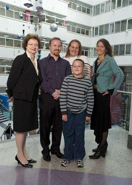 Corey Haas, ses parents et deux des chercheurs de l'équipe. © Daniel Burke