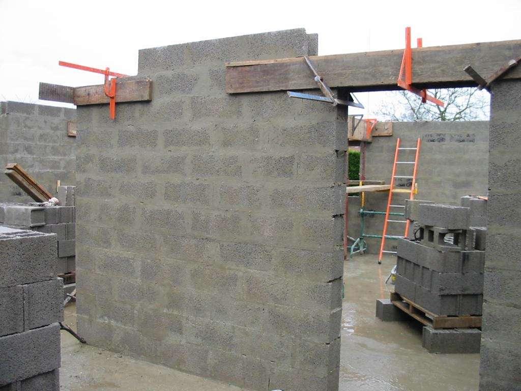 Pour monter un mur en parpaing, les parpaings se posent par rangées, en décalant les joints. © Coyau, Wikipedia, CC-BY-SA-2.5.