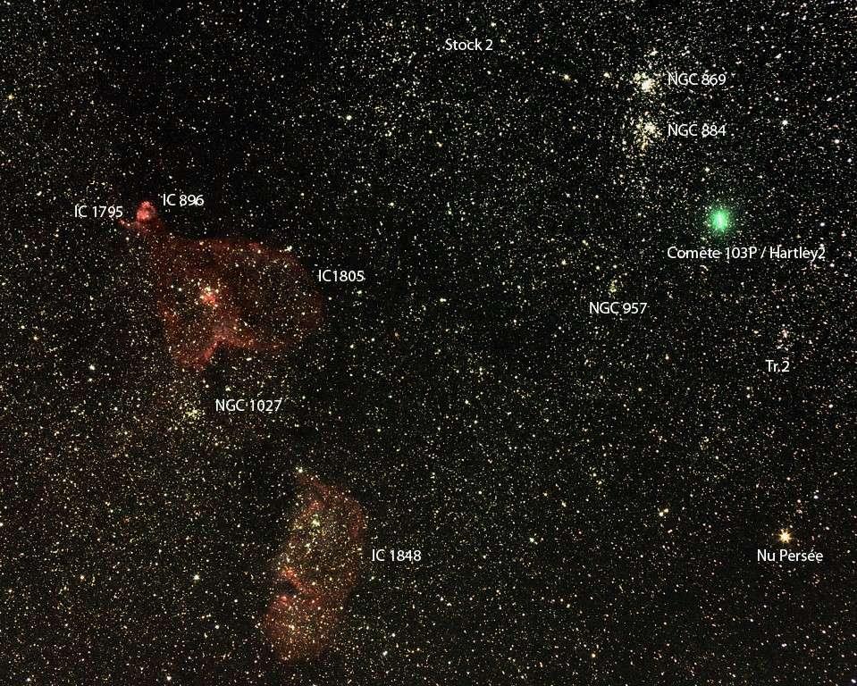 La comète 103P/Hartley 2 saisie le 9 octobre dernier au milieu de nombreux objets célestes de la constellation de Persée. © J. Clauss