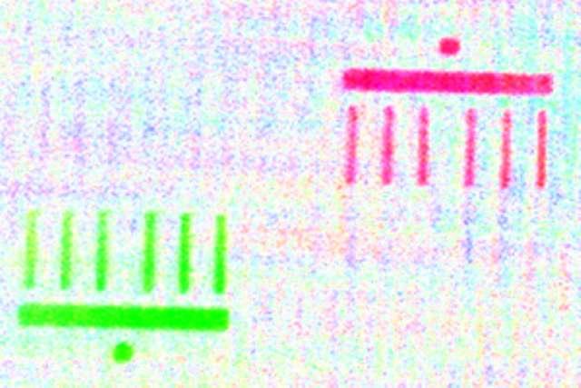 Ces 2 images (rouge et verte) d'une reproduction micrométrique de la porte de Brandebourg ont été réalisées à seulement 50 femtosecondes d'intervalle. © HZB/Eisebitt