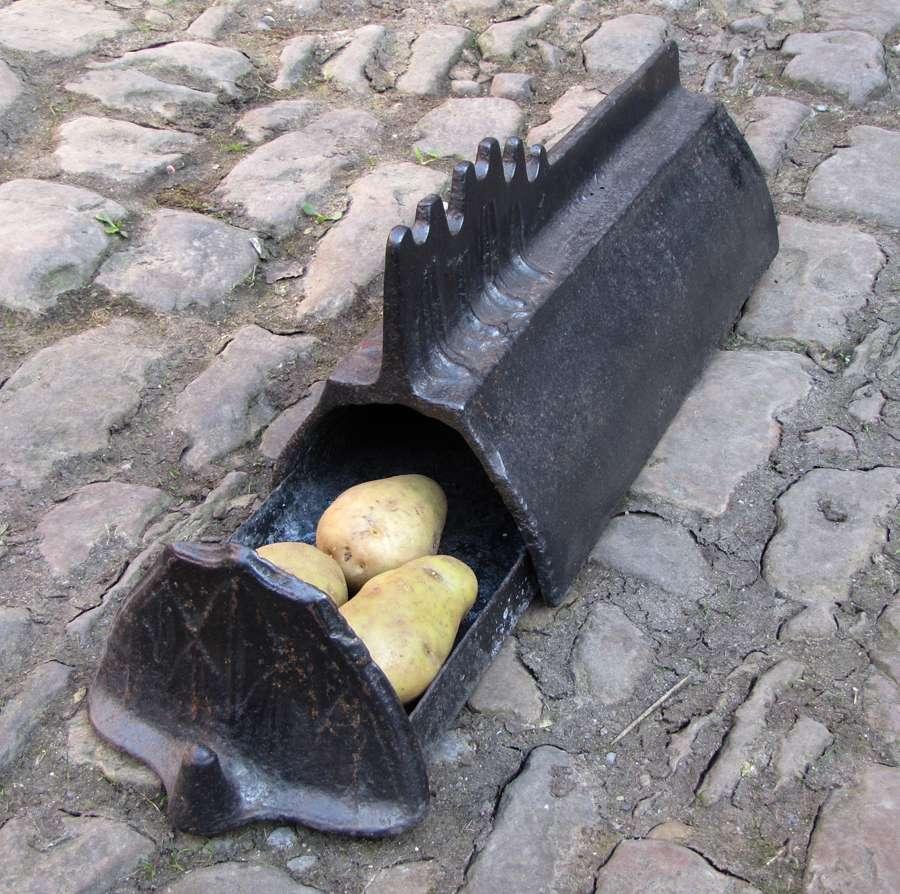 Ce chenet à tiroir loge des pommes de terre qui vont cuire dans la braise. © Égoïté, CC BY-SA 3.0, Wikimedia Commons