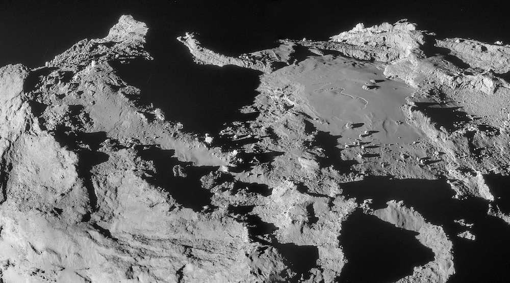 Les régions Ash et Imhotep situées sur le grand lobe, photographiées avec la caméra de navigation de Rosetta à 19,9 km du centre du noyau, le 28 mars 2015 peu avant l'incident. La résolution est de 1,7 m/pixel. © Esa, Rosetta, NavCam - CC BY-SA IGO 3.0