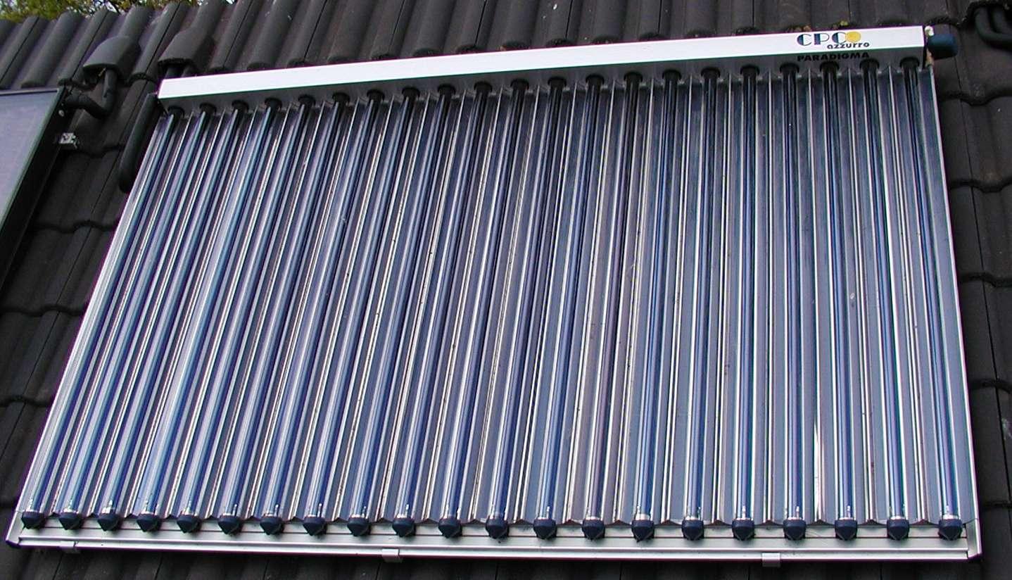 Un panneau solaire thermique à tubes à vide avec réflecteurs. © Ra Boe/Licence Creative Commons (by-nc-sa 2.0)