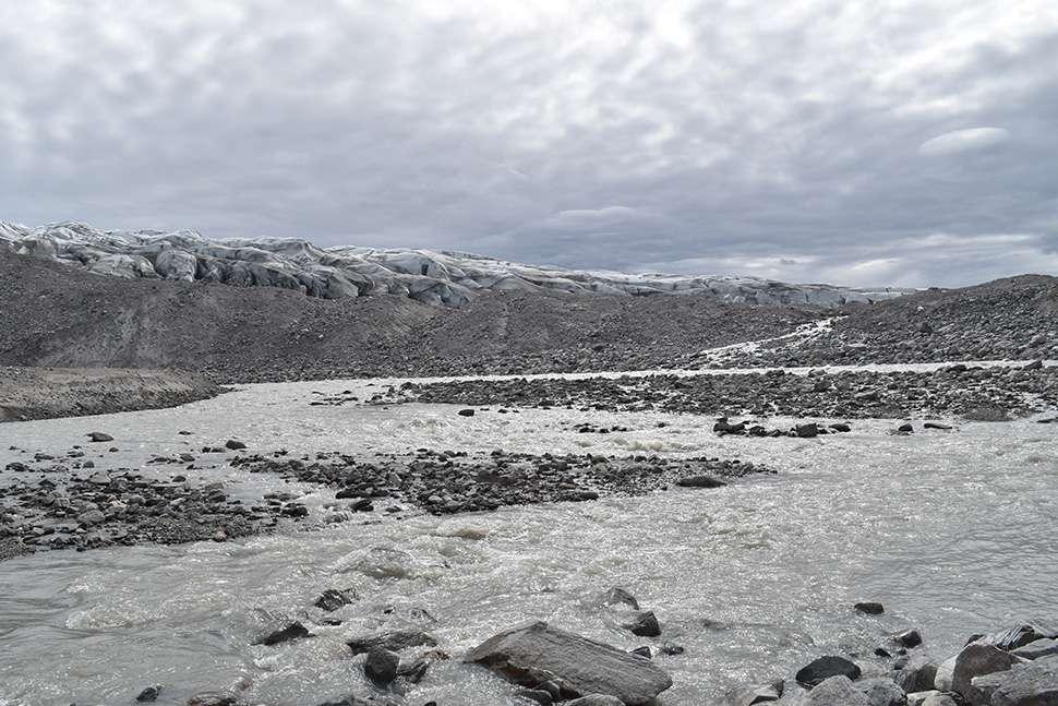 Récemment, la fonte des glaces en surface est apparue comme la principale cause de perte de masse de l'inlandsis groenlandais, l'autre étant le vêlage (production d'icebergs). Les pluies jouent un rôle grandissant dans ce mécanisme, qui devrait s'accentuer avec la montée continue des températures. © Kevin Krajick/Earth Institute
