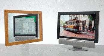A gauche, l'image reçue par le miroir est différente de celle vue du côté droit de l'écran. Il n'y a pas de trucage : le nouvel écran de Sharp diffuse bien deux images différentes !