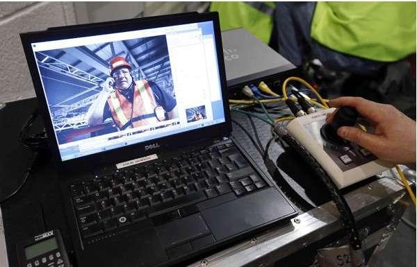 Système de commande à distance des appareils photo robotisés de Reuters. Le photographe pilote les engins à l'aide d'un joystick. Il peut contrôler les mouvements sur trois axes, ainsi que le zoom. © Reuters