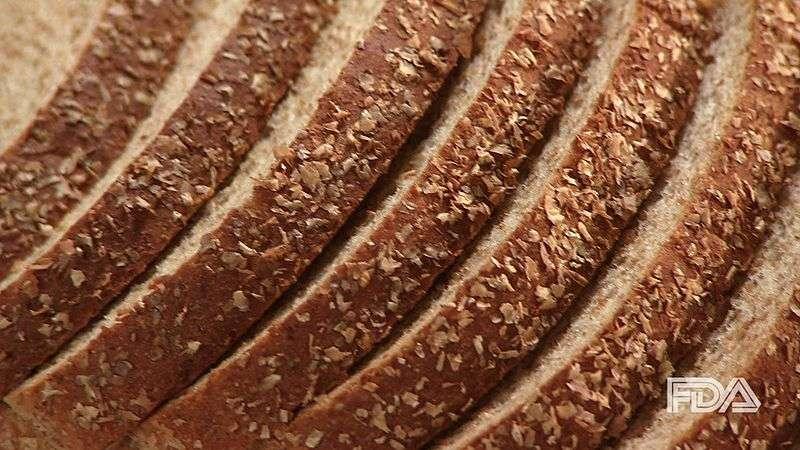 Les céréales complètes peuvent se trouver dans le pain. © FDA, Wikimedia Commons, DP