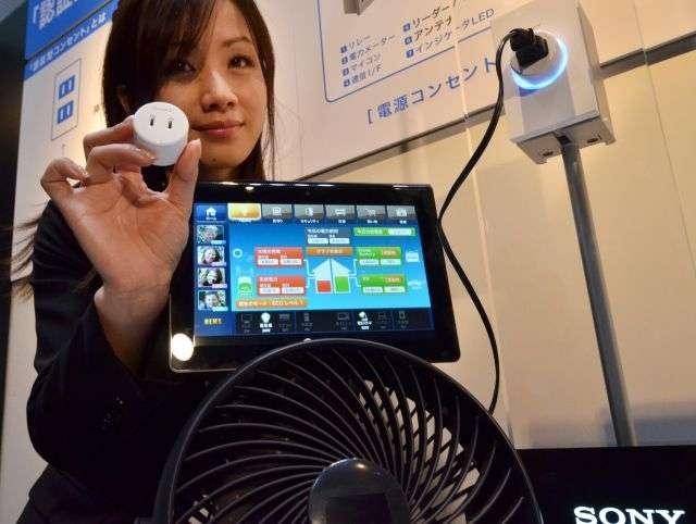 La puce sans contact de Sony identifie l'appareil branché et transmet les informations de consommation électrique. © AFP Photo/Yoshikazu Tsuno