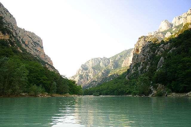 De célèbres falaises sont observables dans les gorges du Verdon en canoë. © Stefan Bauer, Wikimedia Commons, cc by sa 2.5