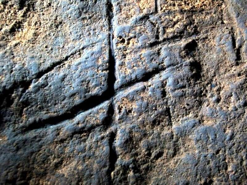 Bien que son sens nous échappe, voici l'œuvre d'art rupestre qui a été gravée dans la roche de la grotte de Gorham, sur l'île de Gibraltar, par un Néandertalien il y a plus de 39.000 ans. © Stuart Finlayson