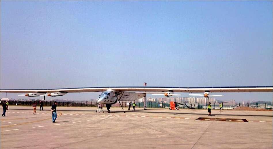 Sur l'aéroport de Chongqing, en Chine, l'avion solaire SI2 expose ses cellules photovoltaïques à la lumière pour recharger ses batteries. © Solar Impulse