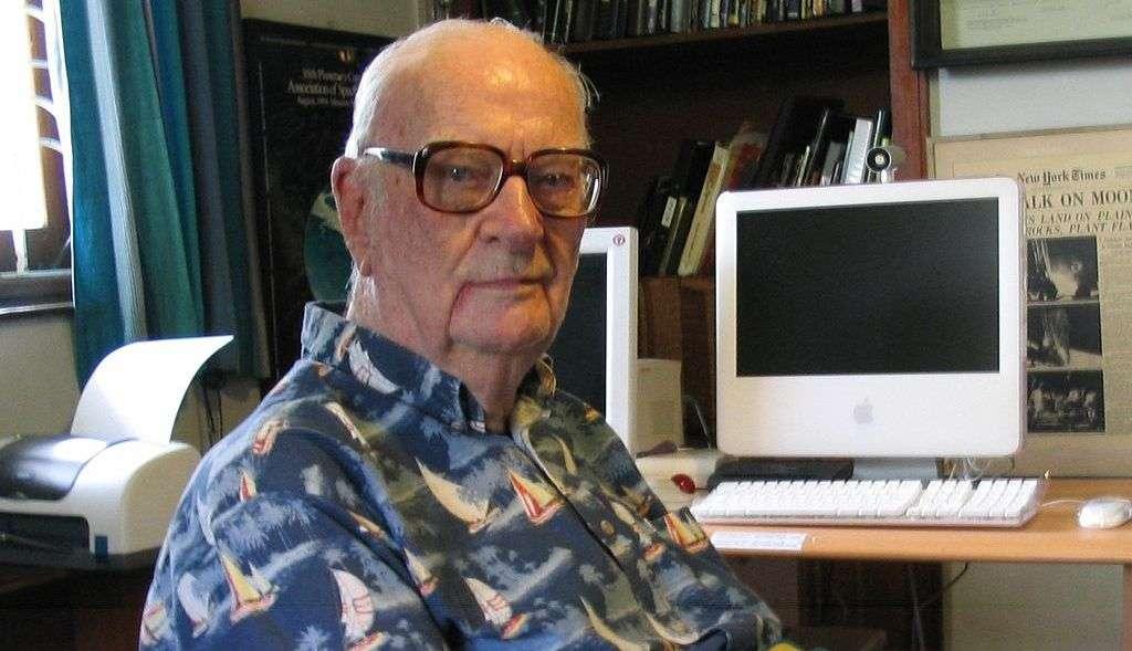 Arthur Clarke sera probablement considéré par les historiens du futur comme l'un des penseurs les plus lucides et les plus influents du XXe siècle. À l'origine du concept de satellite de télécommunication géostationnaire, il avait prédit l'essor d'Internet et la prépondérance des robots dans l'exploration du Système solaire. © DP, Wikipédia