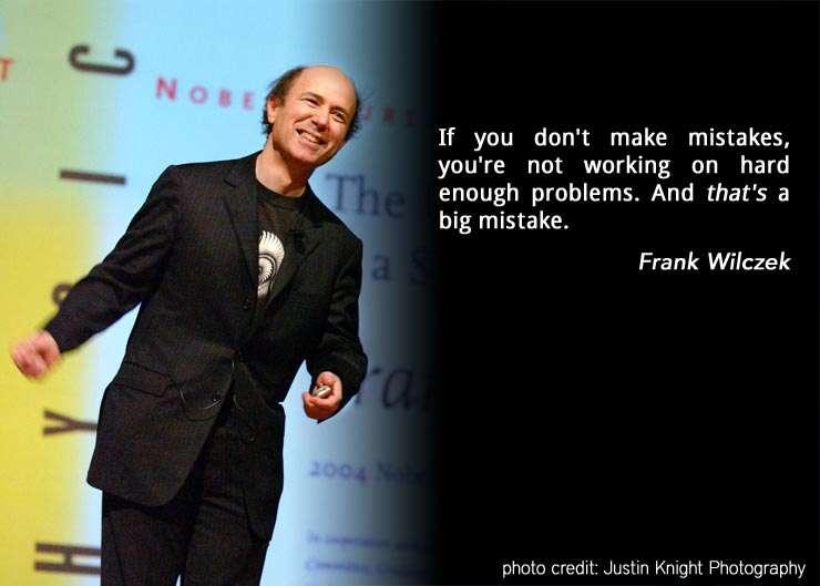 Une autre photo montrant le prix Nobel de physique Frank Wilczek. Sa citation à droite signifie en français : « si vous ne faites pas d'erreurs, c'est que vous n'êtes pas en train de travailler sur des problèmes assez durs. Et cela est une grave erreur ». © Justin Knight Photography
