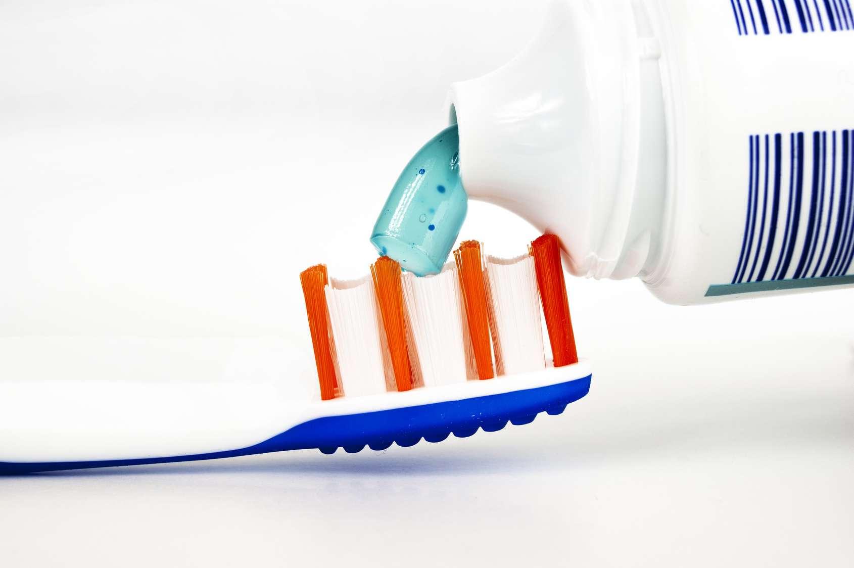 Une étude montre que les femmes utilisant quotidiennement des produits contenant du triclosan, comme par exemple certains dentifrices, ont des os plus fragiles. © Bernd, Fotolia
