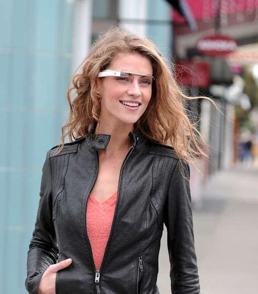 Les lunettes à réalité augmentée conçues par Google. Le pilotage de l'interface se fait à partir d'un pavé tactile situé sur la branche de la lunette et certaines commandes peuvent être réalisées avec des mouvements de tête. Leur design est nettement plus esthétique et léger que les lunettes du Comedd. © Google