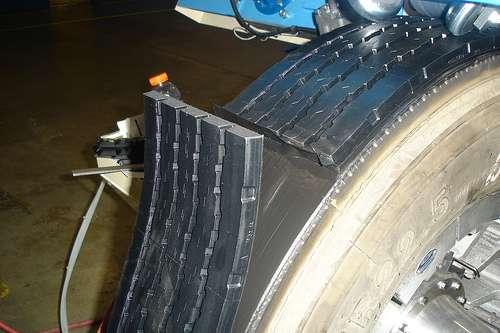 Pose d'une nouvelle bande de roulement sur un pneu usagé. © TruckPR CC by-nc-nd 2.0