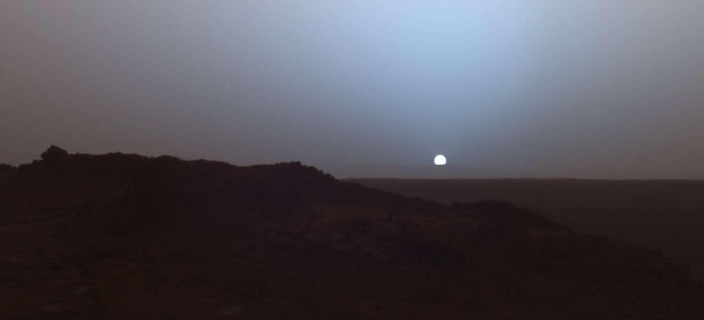 Coucher du Soleil photographié en 2005 par le rover Spirit, aujourd'hui immobilisé. Avec une pression atmosphérique de seulement 7 hPa, l'atmosphère de Mars est progressivement devenue très ténue. A-t-elle majoritairement disparu en s'enfouissant dans le sol ou bien en s'évadant dans l'espace? © Nasa, JPL