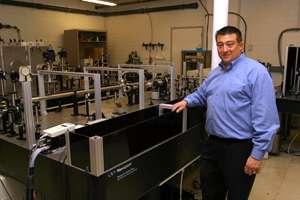 Todd Ditmire devant une installation laser. © Université du Texas