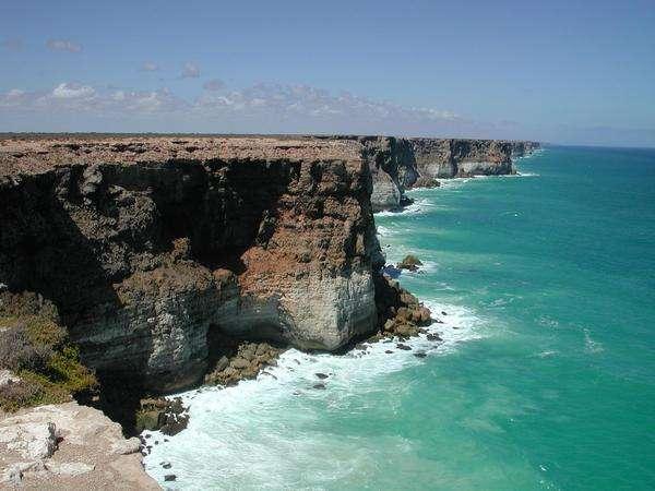 Les falaises calcaires de l'immense plaine de Nullarbor en Australie. C'est le plus grand ensemble au monde de calcaire d'un seul tenant. Il occupe une superficie d'environ 200.000 km². Dans sa plus grande largeur, la plaine s'étend sur environ 1.200 kilomètres d'est en ouest entre l'Australie méridionale et l'Australie occidentale. Crédit : Greg Lehey