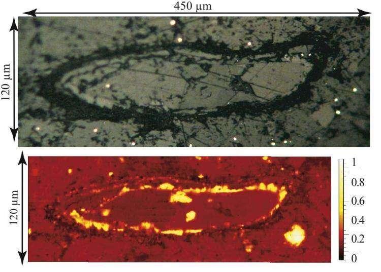 Un spore fossile observé en optique (en haut) et sa cartographie Raman (en bas), où la teinte jaune ou blanche indique la présence d'ankérite pure (carbonate de calcium, de fer, de magnésium et de manganèse). © CNRS