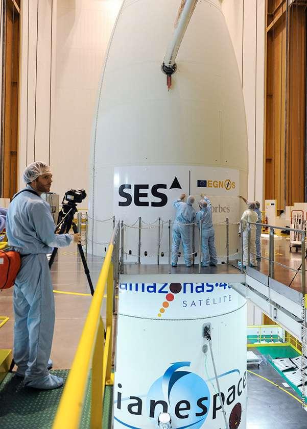 La traditionnelle pose des logos des satellites sur la coiffe du lanceur a lieu ici sur celle d'une Ariane 5 ECA. Elle mettra en orbite deux satellites de télécommunications. © Esa, Cnes, Arianespace, service optique CSG