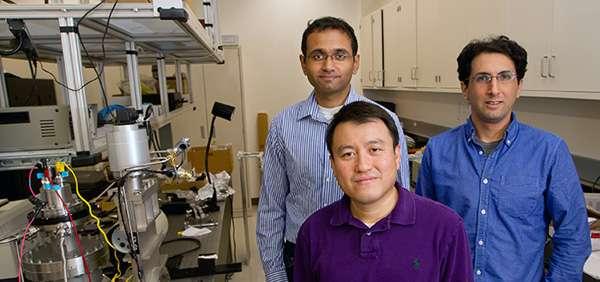 L'ingénieur Shanhui Fan au centre est le leader du projet. Derrière, ses deux doctorants impliqués dans le projet, Aaswath Raman (à gauche) et Eden Rephaeli (à droite). © Université de Stanford