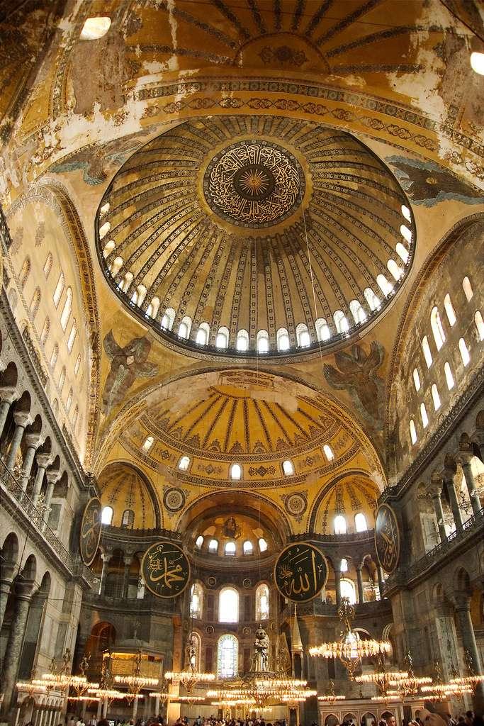 Intérieur de l'ancienne église et mosquée Sainte-Sophie à Istanbul. Les panneaux circulaires aux caractères arabes ont été remis en place en 1951. © stephanemartin, Flickr, cc by sa 2.0