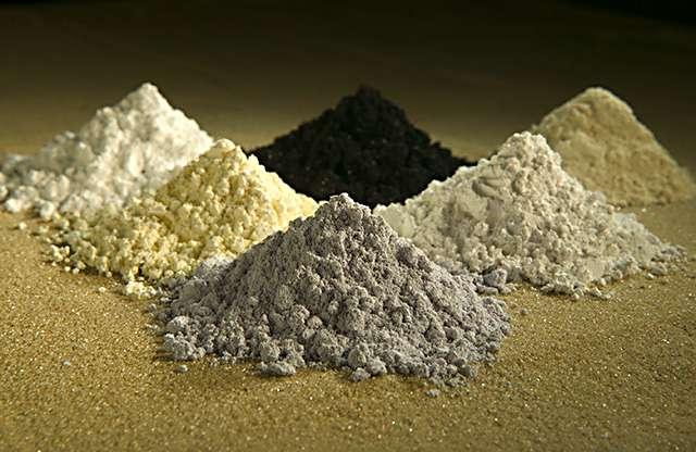 Quelques exemples d'oxydes de terres rares. Dans le sens des aiguilles d'une montre, en commençant par le noir : ceux de praséodyme, de cérium, de lanthane, de néodyme, de samarium et de gadolinium. © ARS-USDA, Wikipédia, DP