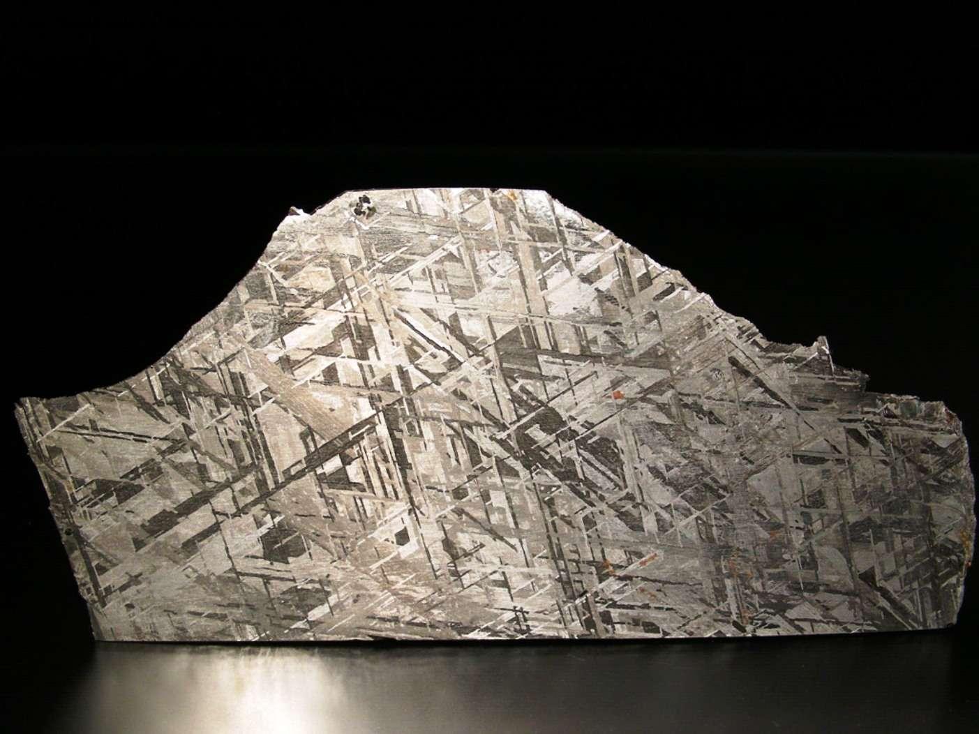 Une coupe de la météorite Gibeon, une sidérite octaédrite classée IV A, trouvée en Namibie en 1836. La belle structure de ses figures de Widmanstätten et son excellent état de conservation en font la météorite la plus utilisée en bijouterie. Elle est surtout très précieuse pour les géologues car elle donne des indices sur l'aspect du noyau en fer et en nickel de la Terre. Ces météorites pourraient être des vestiges des noyaux de petites planètes. © L. Carion, carionmineraux.com
