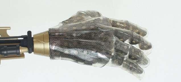 Cette prothèse de main est recouverte d'une peau artificielle qui offre la même sensibilité et élasticité que la peau humaine. Elle est faite dans un polymère transparent parcouru d'un réseau très dense de nanofils associant du silicium et de l'or qui détectent la pression, la température, l'étirement et l'humidité. L'enjeu majeur est de parvenir à créer le module d'interface qui soit capable de restituer un tel niveau d'informations au cerveau. © Kim et al., Nature Communications