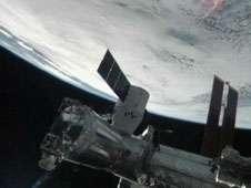 La capsule Dragon est amarrée sur le module Harmony. Elle contient du fret et en rapportera sur Terre car elle se pose en douceur, sous parachutes, dans l'océan Pacifique. © Nasa TV