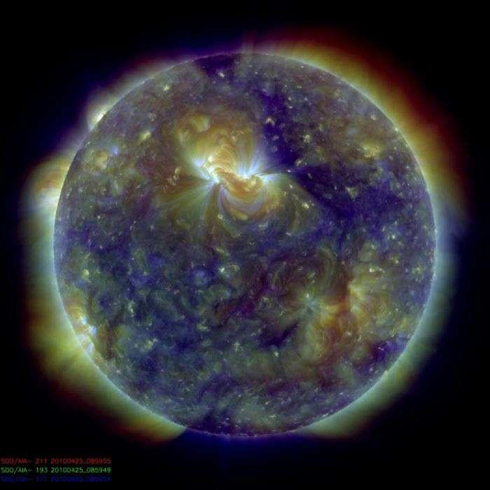 Image du Soleil réalisée par SDO en ultraviolet. Les couleurs indiquent la température (de 800.000 kelvins en bleu à 2 millions de kelvins en rouge). Des jets de plasma chaud, les spicules, s'élèvent dans la chromosphère. © LMSAL/Bart De Pontieu