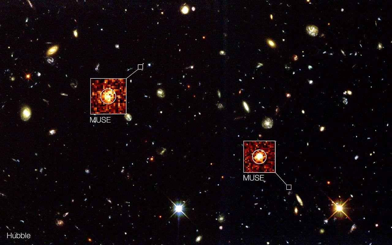 Le champ profond sud de Hubble (Hubble Deep Field South) est à l'arrière-plan de cette image composite. Les nouvelles observations réalisées avec l'instrument Muse installé au foyer du VLT (mont Paranal, Chili) ont permis de détecter des galaxies lointaines invisibles avec le célèbre télescope spatial comme les deux exemples indiqués ici. © Eso, Muse Consortium, R. Bacon