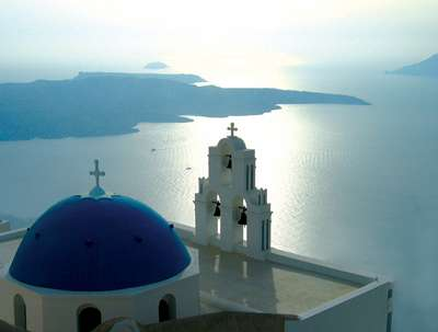 Le volcan de Néa Kaméni vu depuis la ville de Fira. L'archipel de Santorin, un territoire de 76 km2 dans les Cyclades, hébergeait un peu plus de 10.700 personnes en 2001, sans compter les touristes. © Esa